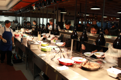 En las cafeterías los empleados reciben tres comidas gratis al día y refrigerios. Foto: Cortesía Facebook