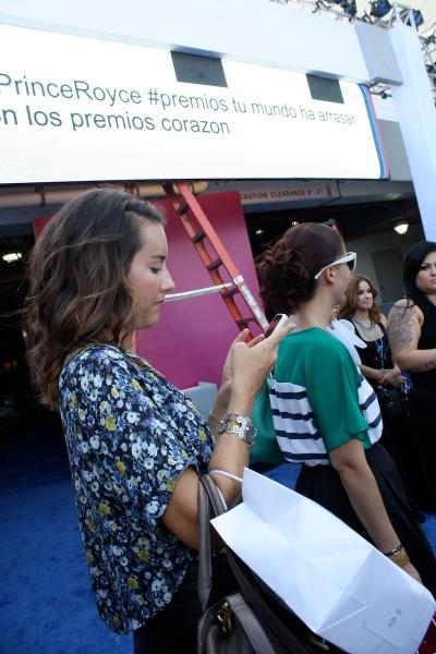 Margarita Wells de Thank You Miami, muy ocupada haciendo su trabajo.